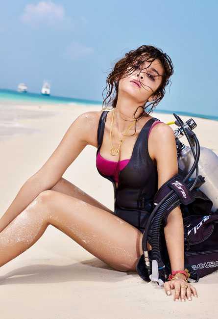 Alia Bhatt Hot Cleavage Show