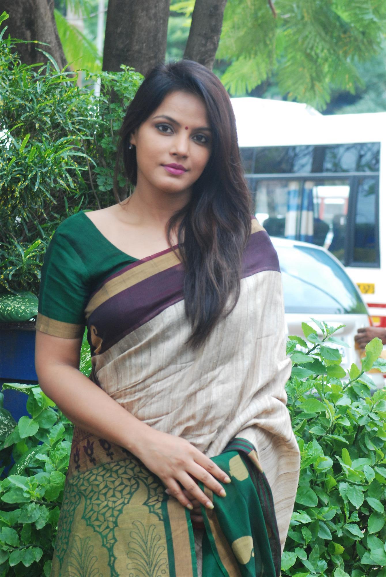 Beautiful-Neetu-Chandra-Saree-with-Bindi-Images Scorching Neetu Chandra 11+ Unseen Bikini Swimsuit Photos Age Ft Wiki