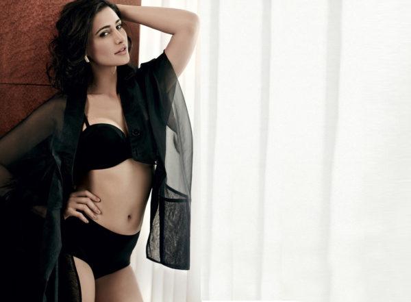 Nargis-Fakhri-hot-Black-bikini-Wallpapers-600x441 Nargis Fakhri 11+ Unseen Bikini Swimsuit Images Age & Wiki