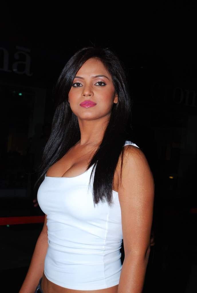 Neetu-Chandra-Hot-looks Scorching Neetu Chandra 11+ Unseen Bikini Swimsuit Photos Age Ft Wiki