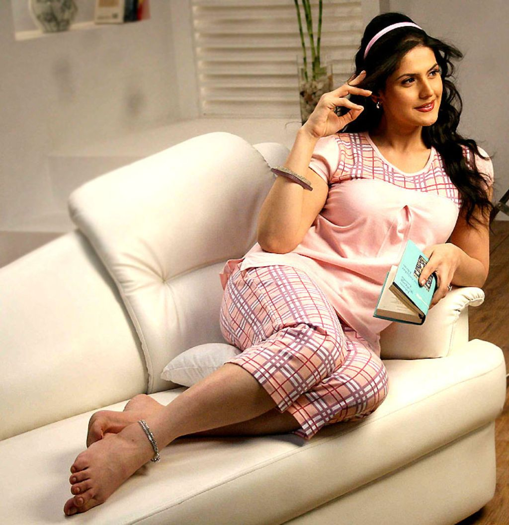 zarine khan 11+ unseen bikini bra swimsuit photos age & wiki - photo