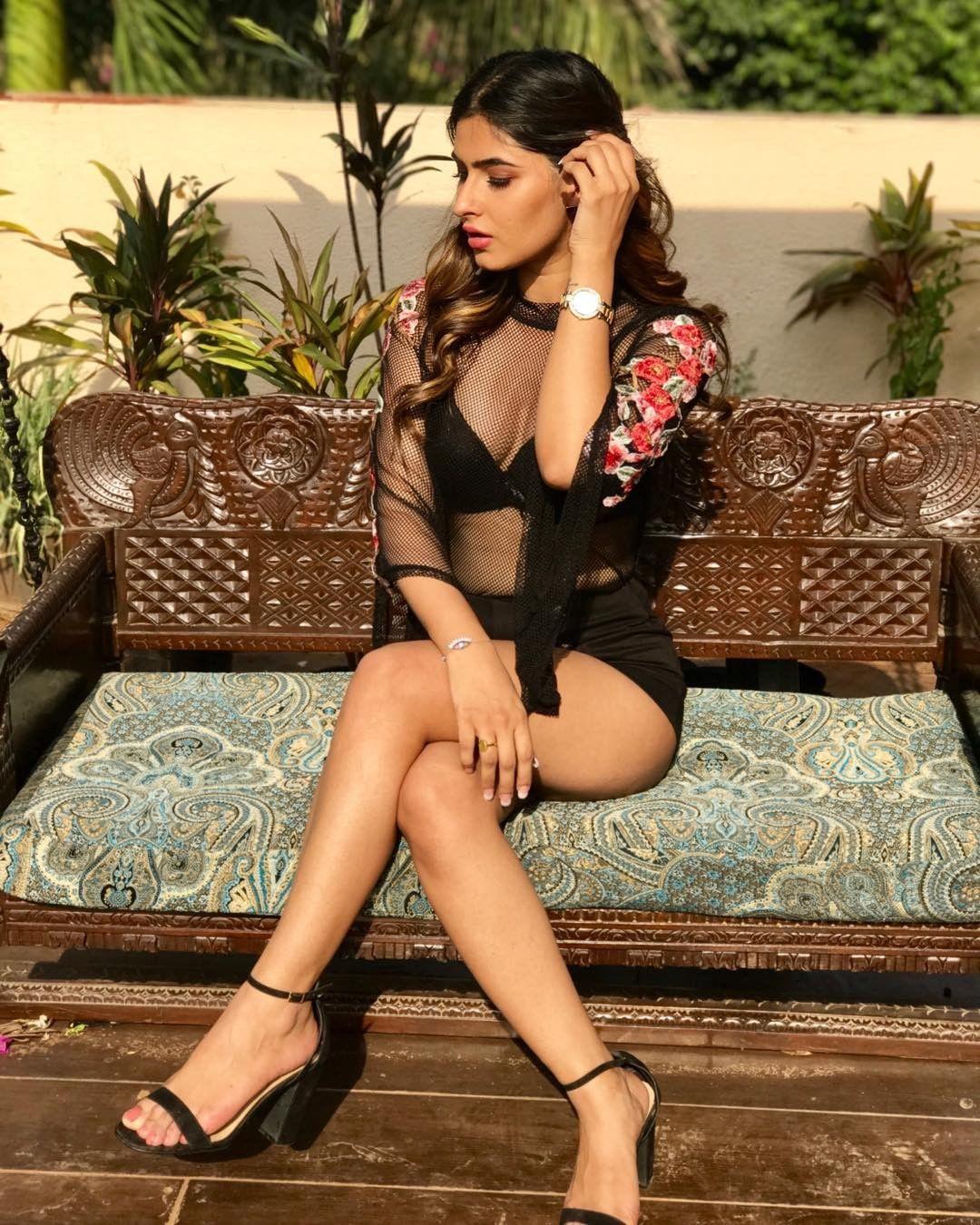 Karishma Sharma shown her sexy cleavage and thigh