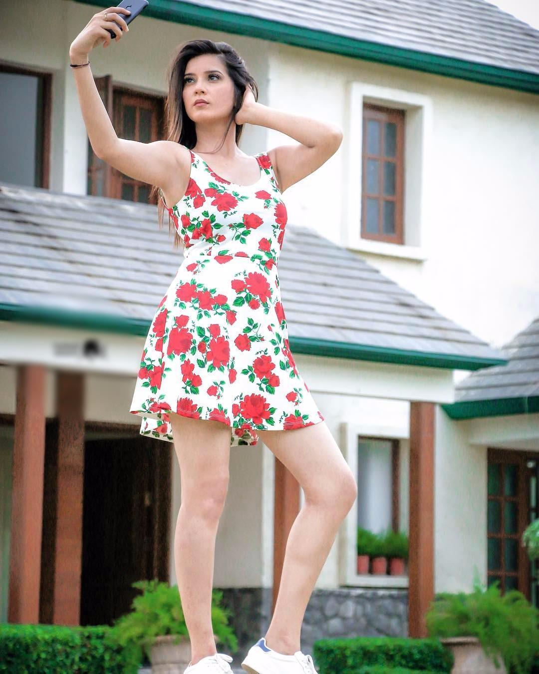 Aakansha Sareen Sexy Photo