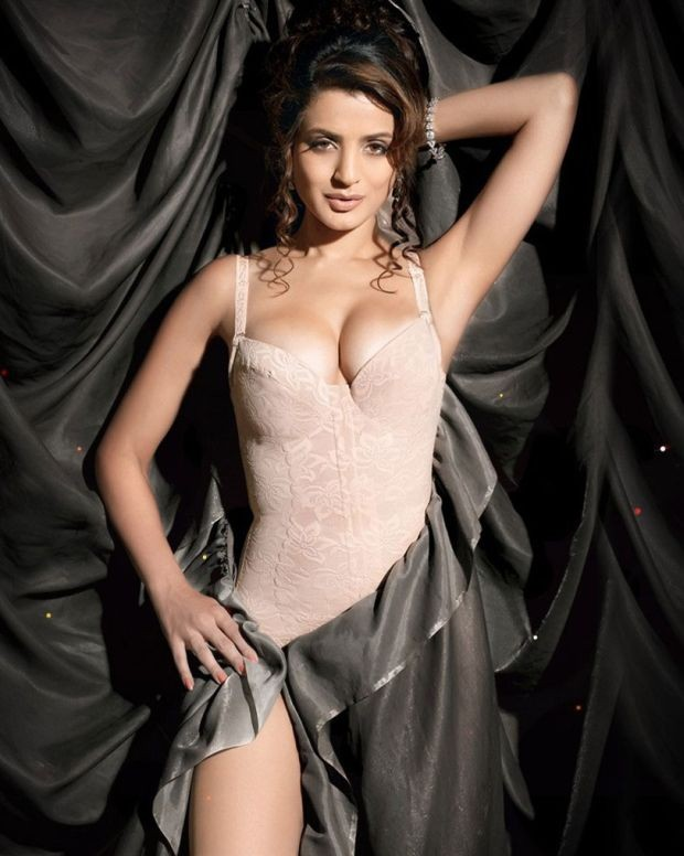 Actress Iniya Hot Photos Sexy Bikini Images Gallery HQ Pics Actress amisha patel hot photos